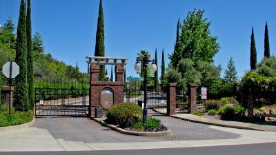 the-knolls-entrance1